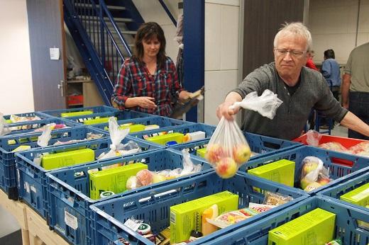 PE steekt handen uit de mouwen bij de Voedselbank