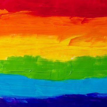 De regenboogvlag gaat uit bij het gemeentehuis in Ermelo
